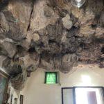 要塞にそびえ立つ十字架!洞窟の教会「マドンナ・デラ・ロッカ」