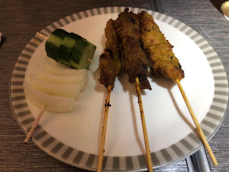 SQ655便 ビジネスクラスの機内食「チキンとビーフのシンガポール風サテー(玉ねぎ、キュウリ、ピリ辛ピーナッツソースを添えて)」